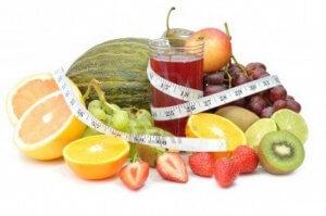 Qué frutas nos ayudan a bajar de peso1