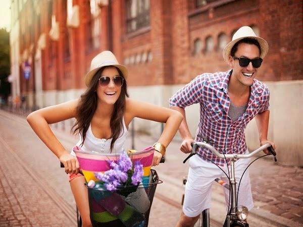 pareja-feliz-divirtiendose
